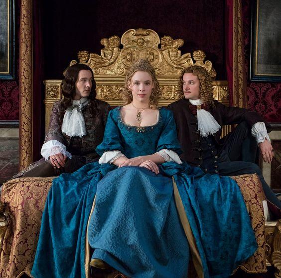 Alexander Vlahos (Philippe d'Orléans), Jessica Clark(Elisabeth-Charlotte de Bavière) Evan Williams (le chevalier de Lorraine)